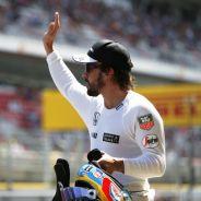 Fernando Alonso saluda a la afición - LaF1.es