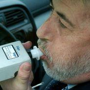 Un conductor se somete a una prueba de alcoholemia - SoyMotor