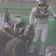 Fernando Alonso sale del MP4-31 tras el accidente - LaF1