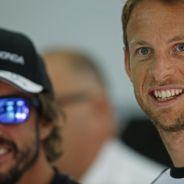 Fernando Alonso y Jenson Button en el box de McLaren en Baréin - LaF1