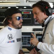 Fernando Alonso charla con un ingeniero en su box - LaF1.es