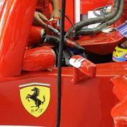 Fernando Alonso en el box de Ferrari en Sepang