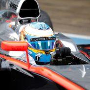 Fernando Alonso a los mandos del MP4-30 en el tercer día de test en Jerez - LaF1