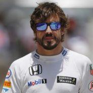 Fernando Alonso caminando en el paddock de Sepang - LaF1.es