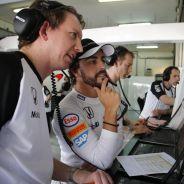 Fernando Alonso hablando con un ingeniero en su box - LaF1.es