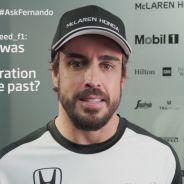 Fernando Alonso atendiendo a la entrevista con sus nuevos colores - LaF1