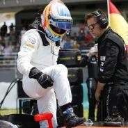 Fernando Alonso subiéndose al MP4-30 en Malasia - LaF1.es