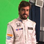 Fernando Alonso posa con el mono de McLaren-Honda - LaF1es