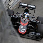 Fernando Alonso con el MP4-30 por las calles de Mónaco - LaF1