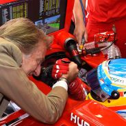 Luca di Montezemolo desea suerte a Fernando Alonso justo antes de salir al Circuit de Catalunya - LaF1