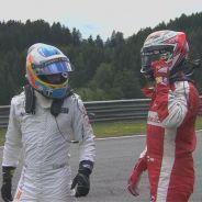Fernando Alonso y Kimi Räikkönen tras el accidente - LaF1