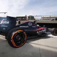 Fernando Alonso saliendo de su box - LaF1.es