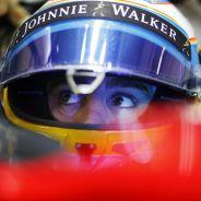 Fernando Alonso subido en el McLaren durante los test de Barcelona - LaF1
