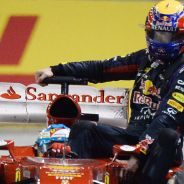 Fernando Alonso y Mark Webber durante la vuelta a pitlane en Signapur - LaF1