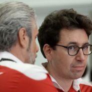 Maurizio Arrivabene charla con Mattia Binotto - LaF1