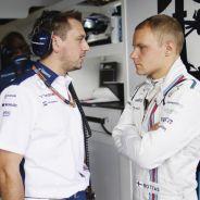 Valtteri Bottas hablando con su ingniero de pista Jonathan Eddolls - LaF1