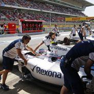 Los mecánicos devuelven el FW37 de Bottas al garaje durante el GP de España - LaF1