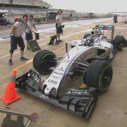 Valtteri Bottas ha resbalado en el Pit-Lane y casi se lleva por delante a sus mecánicos - LaF1