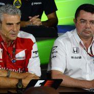 Maurizio Arrivabene y Eric Boullier en la rueda de prensa de la FIA - LaF1