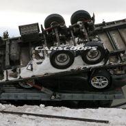 Dos Porsche 992 destrozados en un accidente de camión en Suecia - SoyMotor.com