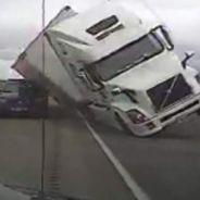 Un coche de policía, aplastado por un camión en Estados Unidos - SoyMotor.com