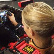 Carmen Jordá, en el simulador de Enstone - LaF1