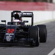 Jenson Button con parafina en el alerón trasero del MP4-31 - LaF1