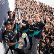 Hamilton, Wolff, Cowell, Lowe y Rosberg en la celebración de Mercedes - LaF1