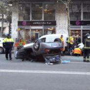 BMW Z4 roadster volcado en la avenida Madrid de Barcelona - SoyMotor.com