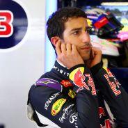 Daniel Ricciardo en su box durante la sesión de entrenamientos - LaF1.es