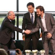 Dennis y Alonso se dan la mano en presencia de Arai-San en la presentación de McLaren Honda - LaF1