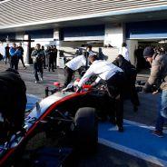 El MP4-30 entrando al box de Mclaren en Jerez - LaF1.es