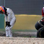 Alonso se duele de la rodilla derecha y las costillas tras el accidente - LaF1