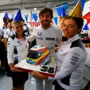 Fernando Alonso celebra su aniversario en el box antes de los Libres 1 - LaF1
