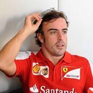 Fernando Alonso en el paddock de Abu Dabi - LaF1