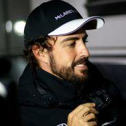 Fernando Alonso atendiendo a la prensa en Barcelona - LaF1