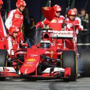 Kimi Raikkonen sale de hacer su parada con el SF15-T de Ferrari en Albert Park - LaF1.es