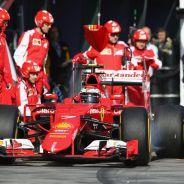 Kimi Raikkonen saliendo de un pit-stop - LaF1.es