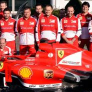 El equipo Ferrari posa junto al premio Pit-Stop Challenge, que reposa en el morro del F138 - LaF1