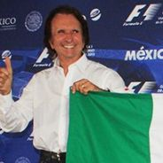 Emerson Fittipaldi y Rodrigo Sánchez, con la bandera mexicana - LaF1