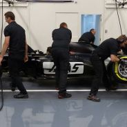Mecánicos de Haas ensayan el pit-stop en la sede del equipo - LaF1