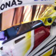 Un primer plano de Hamilton con su casco - LaF1