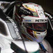 Primer plano de Lewis Hamilton en el Mercedes W06 - LaF1