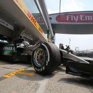 Lewis Hamilton saliendo de boxes en Shanghái - LaF1