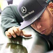 Lewis Hamilton observa el chasis del W04 - LaF1