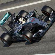 Lewis Hamilton durante la primera tanda de test de Montmeló - LaF1