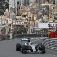 Lewis Hamilton con el Mercedes por la calles de Mónaco - LaF1