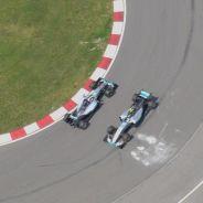 Hamilton ha trompeado en la horquilla y ha provocado esta curiosa imagen con Rosberg - LaF1