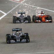 Nico Rosberg adelantando a Sebastian Vettel en Baréin - LaF1.es
