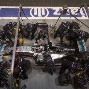 Hamilton haciendo un pit stop, no le dio tiempo a hacer un segundo: abandonó - LaF1